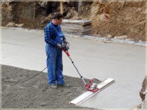 pracownik wyrównujący powierzchnię