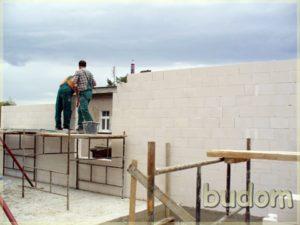 pracownicy podczas budowy ścian zewnętrznych kamienicy