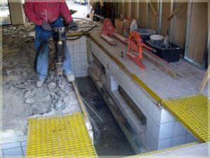 pracownik podczas skuwania betonu młotem pneumatycznym