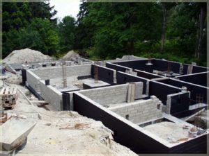stawianie fundamentów ifragmentów ścian nośnych budynku