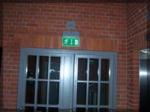 drzwi ztabliczką wyjście ewakuacyjne