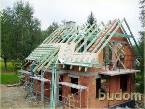 montaż elementów konstrukcji dachu nabudynku mieszkalnym