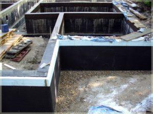 stawianie fundamentów budynku