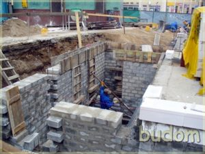 plac budowy podczas budowania części podziemnej kamienicy