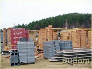 materiały budowlane podczas konstrukcji ścian nośnych budynku