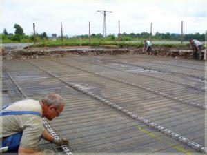 robotnicy podczas wylewania betonu