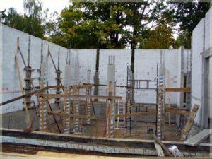 stawianie konstrukcji ścian nośnych budynku