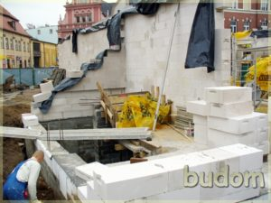 robotnicy podczas stawiania ścian nośnych