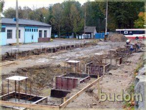 wylanie słupów iprzygotowywanie fundamentów podbudowę budynku