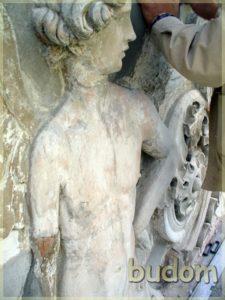 widoczne uszkodzenia płaskorzeźb