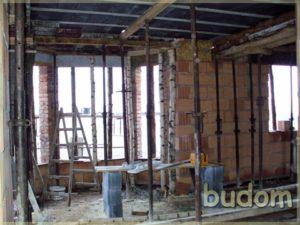 stawianie ścian budynku orazmontaż poziomu