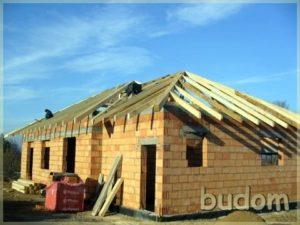 surowe ściany budynku zkonstrukcją wsporną dachu