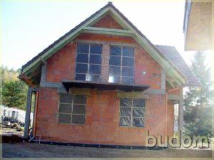 budynek zdużymi oknami wstanie surowym