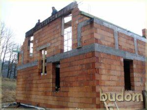 stawianie ścian budynku