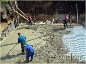 wyrównywanie powierzchni naplacu budowy